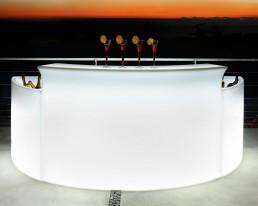 Half rond witte LED bar met twee ijs bakken en op de bar vier cocktails