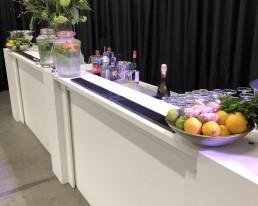 Lange strakke witte bar met bloemen en bar decoratie