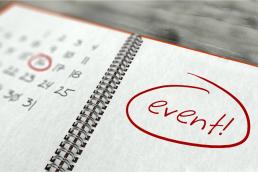 een opgeklapte agenda met een datum omcirkeld en de tekst
