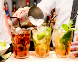 3 heerlijk cocktails gemaakt door een cocktails shaker met garnituur, rietje en ijsklontjes